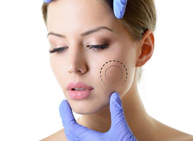Paciente durante una operación de mejillas