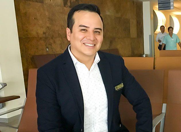 Dr. Omar Montealedre Cirujano Plástico en sala de Espera del Hospital Air
