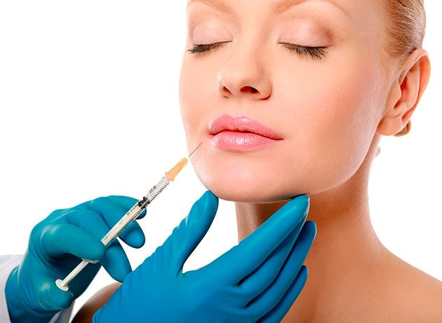 Paciente durante una cirugía sin bisturí de Rellenos Faciales con Ácido Hialuronico