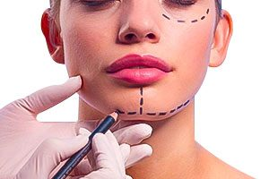 Mujer durante una cirugía facial con el cirujano plástico